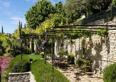 hotel-gordes-luxe-5-etoiles-bastide-de-gordes-maison-de-constance-terrasse-exterieure-jardin-2